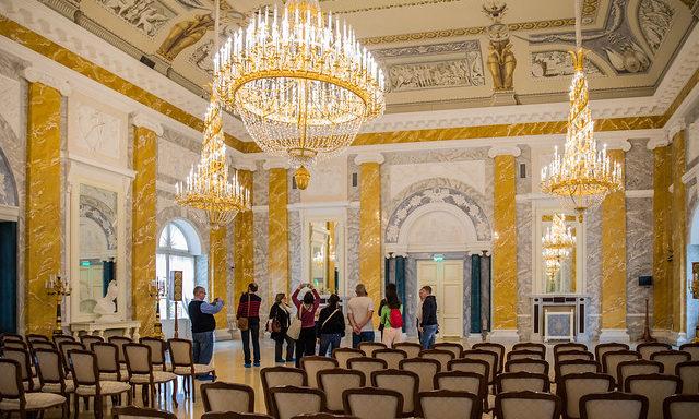 Внутри Константиновского дворца