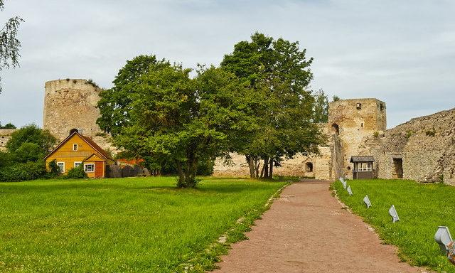 Старинные сооружения в окрестностях Пскова